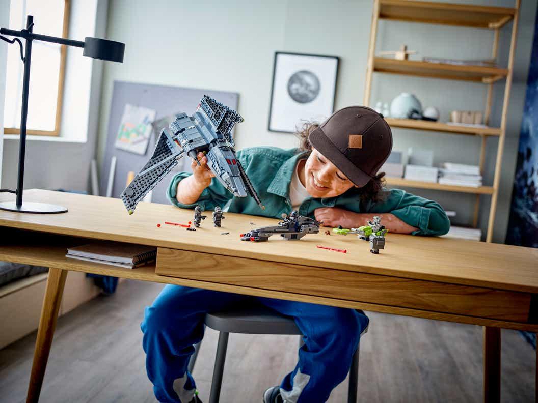 Imagen de estilo de vida de un niño jugando con el NUEVO CONJUNTO DE CONSTRUCCIÓN LEGO® STAR WARS ™ THE BAD BATCH ™ ATTACK SHUTTLE