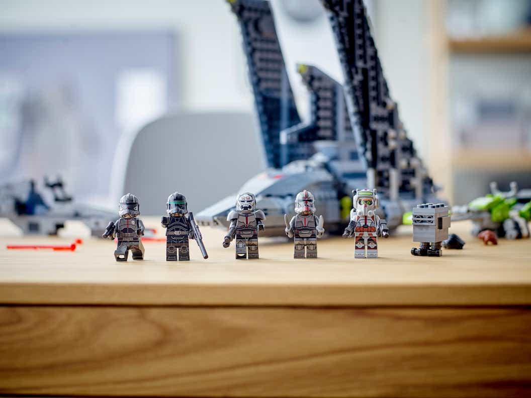 Imagen de estilo de vida de las minifiguras del NUEVO THE BAD BATCH ™ CONJUNTO DE CONSTRUCCIÓN DE TRANSPORTE THE BAD BATCH ™ LEGO® STAR WARS ™